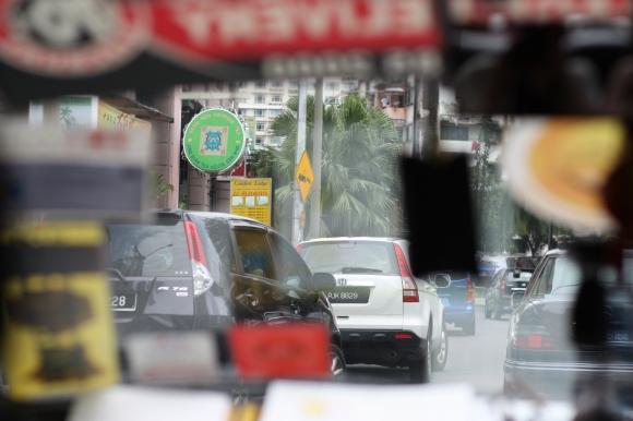 Utsikt genom framrutan på en taxibil i Kuala Lumpur