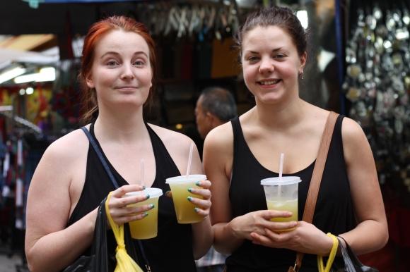 Isabelle och Sara i China Town